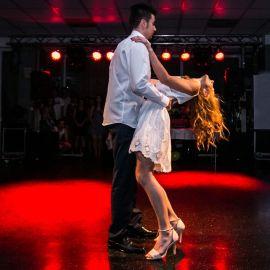 Vystúpenie spoločenského tanca na stužkovej slávnosti a osvetlenie