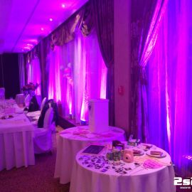 Ružové dekoračné osvetlenie sály na svadbe Hotel Residence